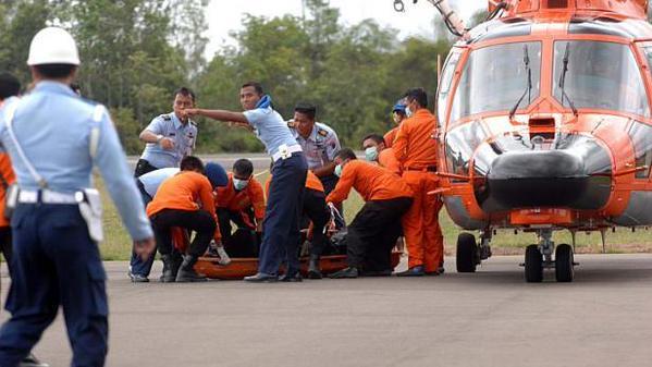 Các thi thể được vận chuyển bằng trực thăng.