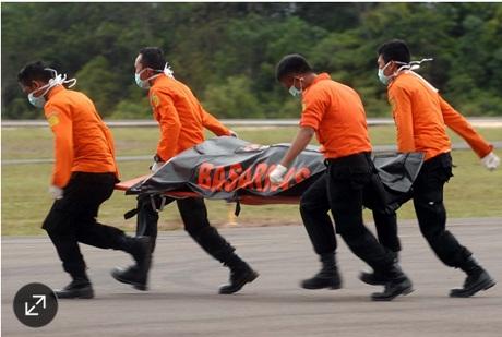 Trục vớt 7 thi thể, phát hiện thân máy bay QZ8501 bị lộn ngược