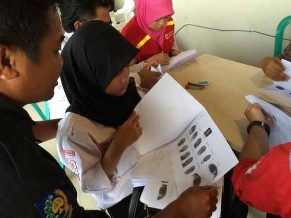 Thân nhân cung cấp dấu vân tay để giúp nhận dạng thi thể nạn nhân.