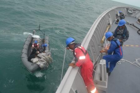 Lực lượng cứu hộ tham gia tìm kiếm các thi thể ngày 31/12