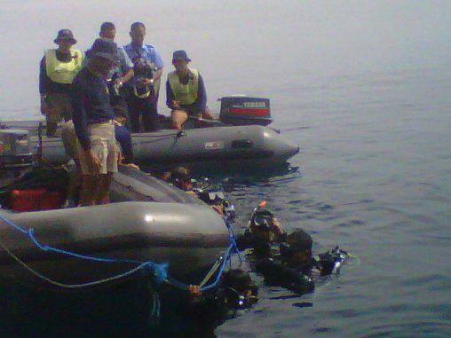Trục vớt 6 thi thể, phát hiện thân máy bay QZ8501 bị lộn ngược