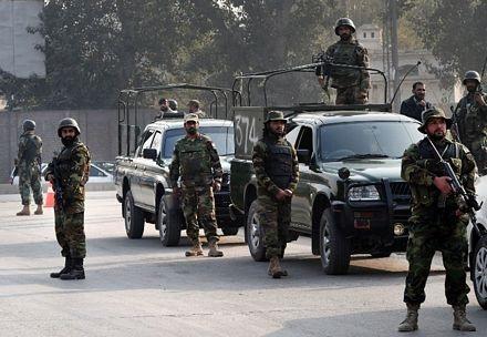 Quân đội đã được triển khai quanh ngôi trường nơi các tay súng thảm sát các học sinh.