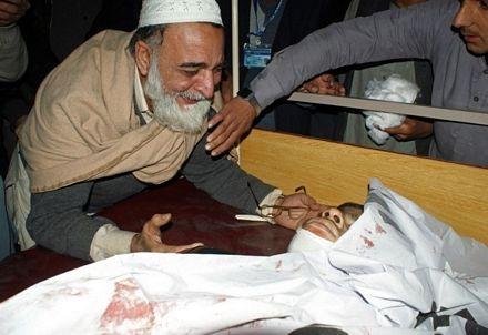 Một ông bố khóc thương đứa con đã mất.