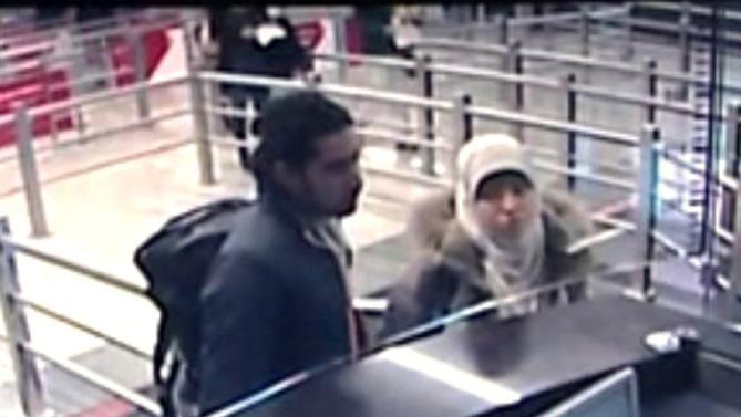 Boumeddiene tớisân bay Istanbul cùng một nam thanh niên. (Ảnh: AFP)