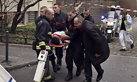 Một nạn nhân bị thương đang được chuyển khỏi hiện trường vụ xả súng.