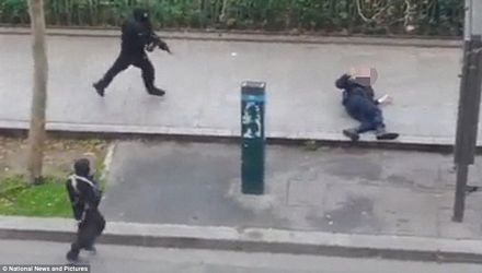 Hai tay súng được cho là đang tấn công 1 cảnh sát.