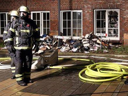 Các nhân viên cứu hỏa bên ngoài trụ sở tờ