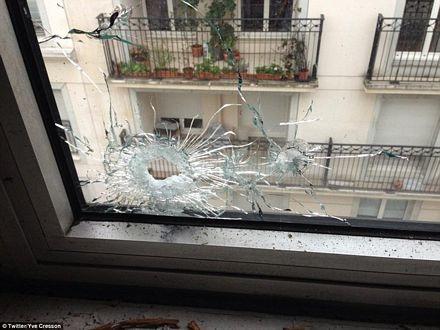 Cửa sổ bị vỡ do bị trúng đạn tại văn phòng của