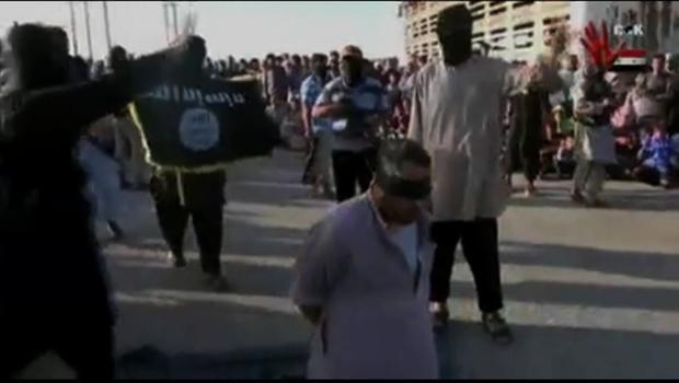 Một người đàn ông bị hành quyết trước đám đông tại Raqqa, Syria (Ảnh: CBS)