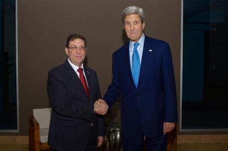 Ngoại trưởng Mỹ John Kerry và Ngoại trưởng Cuba Bruno Rodriguez (Ảnh: