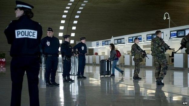Giới chức Pháp đã tịch thu hộ chiếu của 6 nam giới khi kế hoạch rời đi của họ sắp diễn ra (Ảnh: