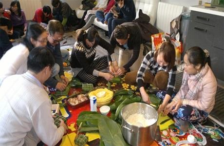 Không khí gói bánh chưng tại gia đình Việt Kiều Bùi Văn Mạnh