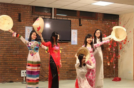 Những bạn trẻ tham gia cuộc gặp gỡ chụp ảnh lưu niệm