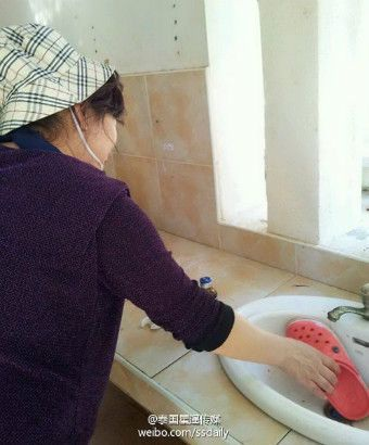 Một số du khách thậm chí còn cho dép lên rửa