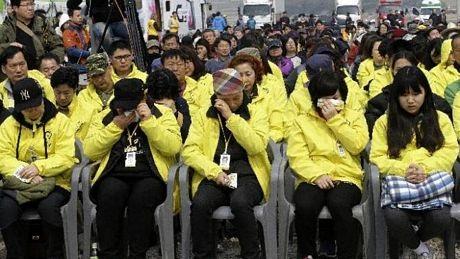 Người thân các nạn nhân bật khóc trong lễ tưởng niệm trên đảo Jinon (Ảnh: