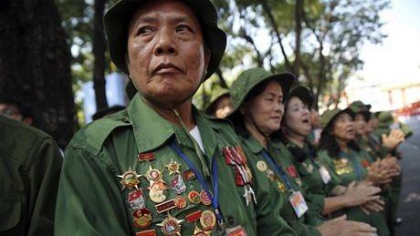 Các cựu chiến binh chứng kiến buổi lễ.