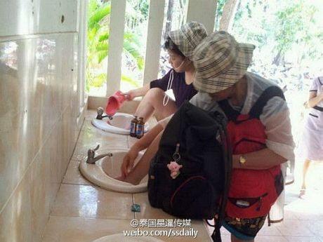 Các du khách Trung Quốc thác chân lên bồn rửa mặt
