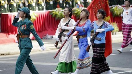 Áo dài, nón lá trong cuộc diễu hành.