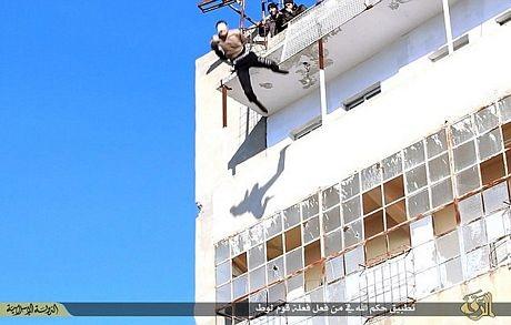 Hình ảnh nạn nhân rơi tự do sau khi bị đẩy từ trên cao.