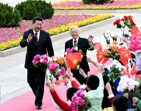 Các em nhỏ vẫy cờ hoa chào đón 2 nhà lãnh đạo Việt-Trung.