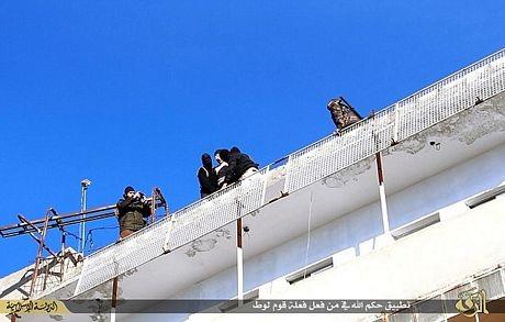 Hãi hùng cảnh IS ném người đồng tính từ mái nhà cao tầng