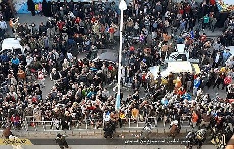Rất đông người, trong đó có cả phụ nữ và trẻ em, đã chứng kiến vụ giết người man rợ.