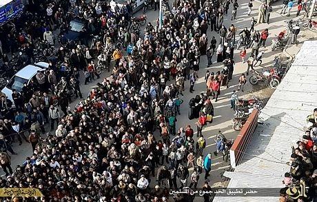 Ở bên góc trái các bức ảnh là logo màu vàng của nhánh tuyên truyền cho IS, Trung tâm truyền thông