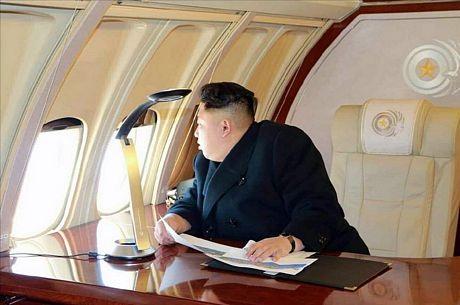 Nhà lãnh đạo trẻ của Triều Tiên nhìn qua cửa sổ chiếc chuyên cơ Ilyushin IL-62.