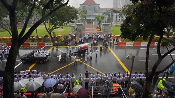 Người dân đội mưa tiễn đưa cố Thủ tướng