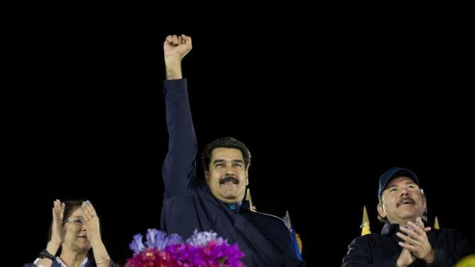 Tổng thống Nicolas Maduro (giữa)(Ảnh: