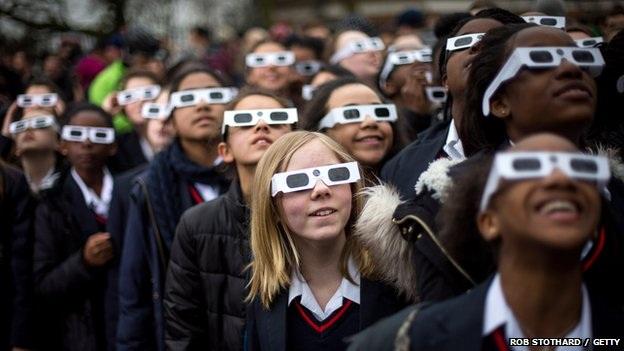 Các học sinh quan sát nhật thực tại Anh. (Ảnh: