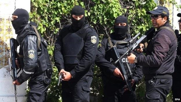 Các cảnh sát được triển khai để đối phó với vụ tấn công (Ảnh: EPA)