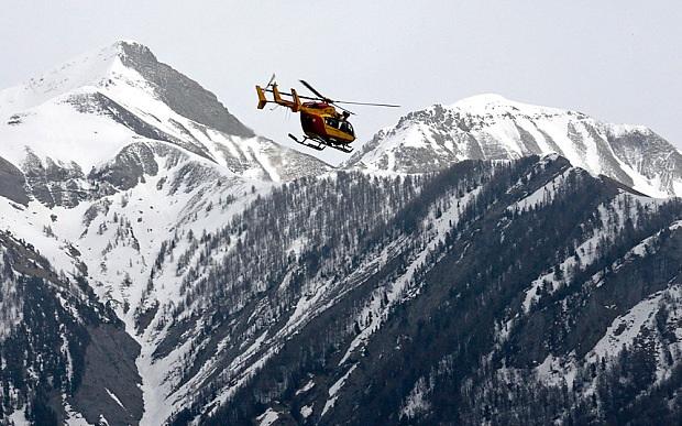 Trực thăng được điều động để rà soát hiện trường máy bay rơi