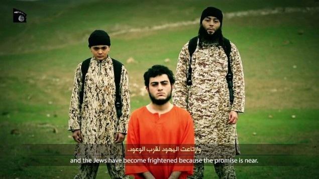 Các thành viên của IS và Said Ismail Musallam (áo cam) trong đoạn video. (Ảnh: