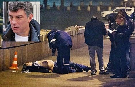 Cơ quan điều tra tại hiện trường vụ ám sát ông Boris Nemtsov (ảnh nhỏ) đêm 27-2. Ảnh: AP