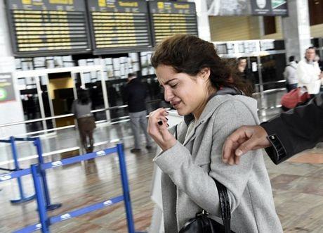 Một phụ nữ bật khóc tại sân bay ở Barcelona.