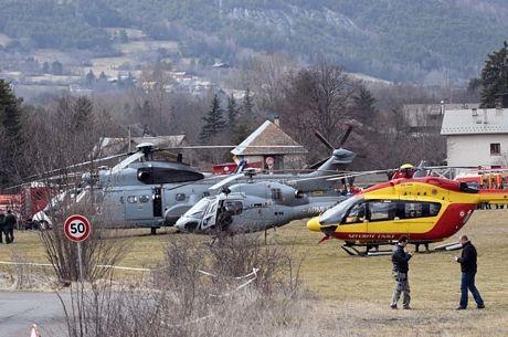 Các trực thăng tập trung tại Seyne, miền nam nước Pháp để sẵn sàng tới hiện trường vụ tai nạn.