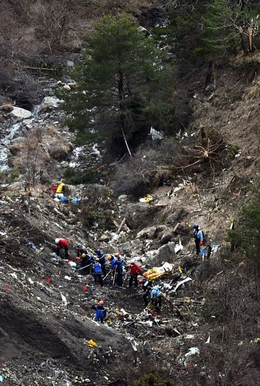 Lực lượng cứu hộ tìm kiếm các phần thi thể tại hiện trường tai nạn.