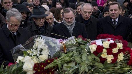 Người dân đặt hoa tưởng niệm Nemtsov tại nơi ông bị ám sát (Ảnh: