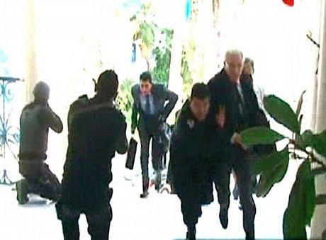 Du khách vội vàng rời khỏi bảo tàng khi vụ tấn công xảy ra