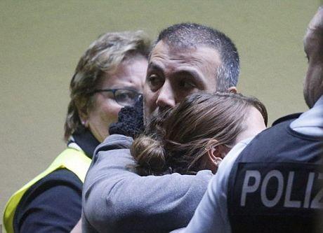 Một dường như đang chờ đợi thông tin về chuyến bay gặp nạn tại sân bay Duesseldorf, Đức.