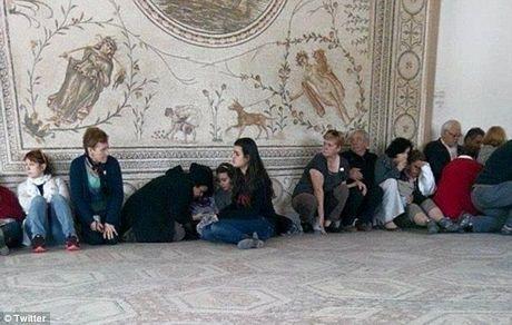 Cảnh tượng các con tin bị khống chế bên trong bảo tàng