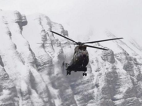 Họphải rấtthận trọng để không bị trượt trân xuống các vách núi.