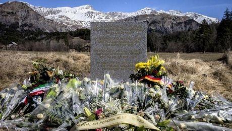 Một tấm bia được dựng gần hiện trường vụ tai nạn để tưởng nhớ các nạn nhân (Ảnh: