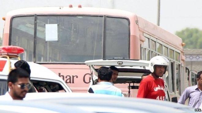 Chiếc xe buýt bị các tay súng tấn công (Ảnh: