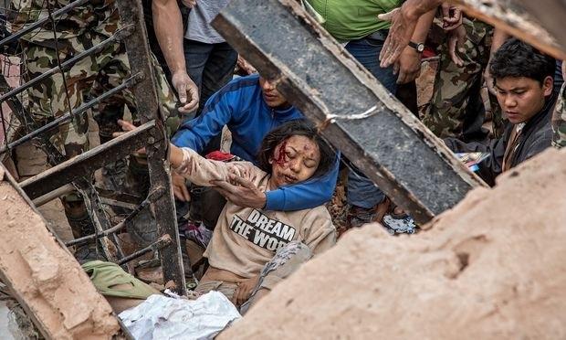 Một phụ nữ được cứu sống từ đống đổ nát (Ảnh: Getty)