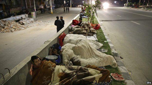 Người dân ngủ ngoài đường sau động đất (Ảnh: EPA)