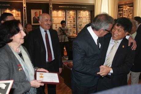 Viện trưởng Viện dầu khí quốc gia Việt Nam Phan Ngọc Trung (phải) vui mừng gặp lại thầy giáo cũ