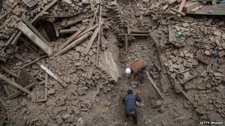 Lực lượng cứu hộ Nepal đang gặp nhiều khó khăn trong việc tìm kiếm những người sống sót. (Ảnh: