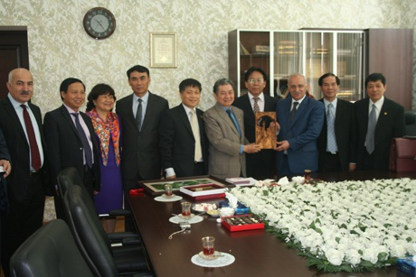 Lãnh đạo Đại học Dầu khí Quốc gia Azberbaijan chụp ảnh lưu niệm với đoàn lưu học sinh Việt Nam